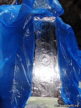 Установка защитной пленки для предотвращения попадания стружки во внутрь цилиндров двигателя.