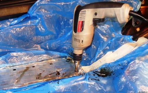 Высверливание сорваной резьбы в блоке цилиндров и удаление остатков изношенной резьбы.